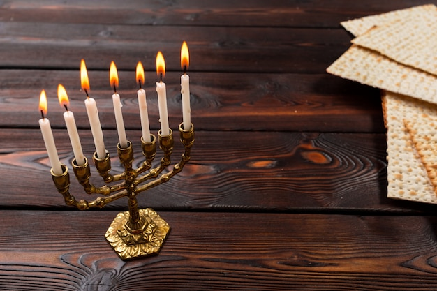 Festa ebraica pasqua banner design con vino, matzo su fondo in legno.