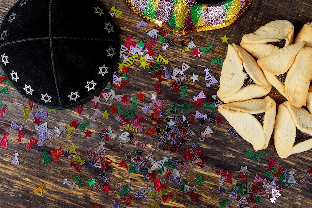 Festa ebraica purim con biscotti hamantaschen orecchie hamans, maschera di carnevale e kippa