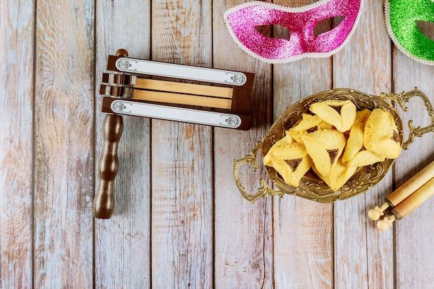 Festa ebraica purim con biscotti hamantaschen orecchie hamans, maschera di carnevale e pergamena