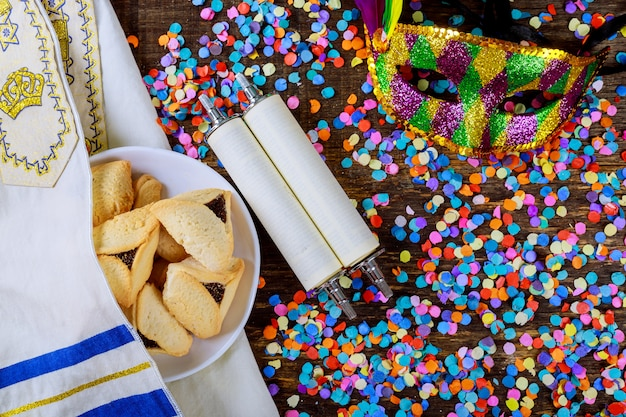 Festa ebraica purim con maschera di carnevale e biscotti hamantaschen. distesi