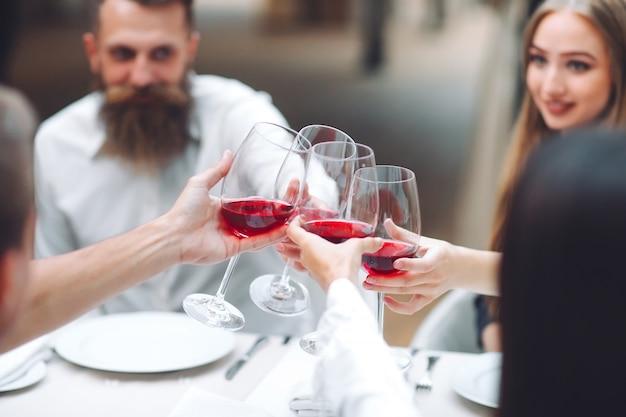 Festa. gli amici bevono vino in un ristorante.