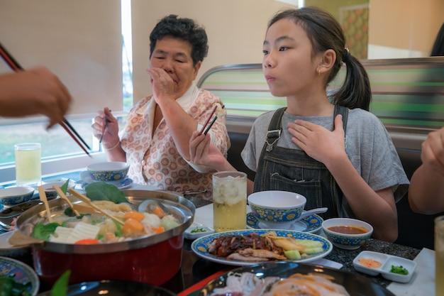 Festa in famiglia asiatica con shaby sukiyaki set manu nel ristorante