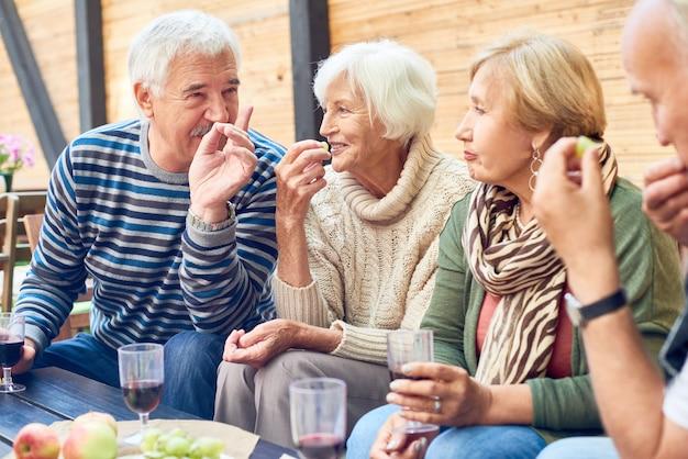 Festa nel cortile degli amici anziani