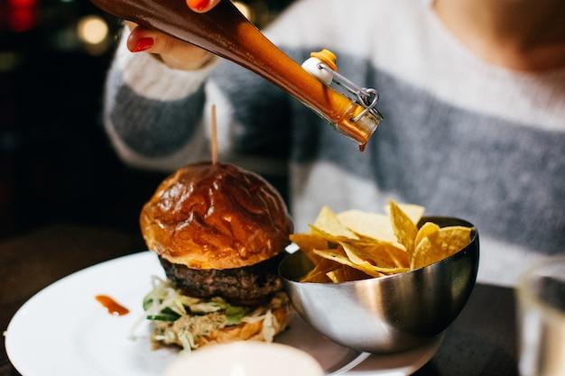 Festeggia con un succulento hamburger di manzo in un ristorante