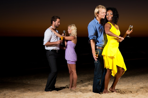 Festeggia e balla in spiaggia