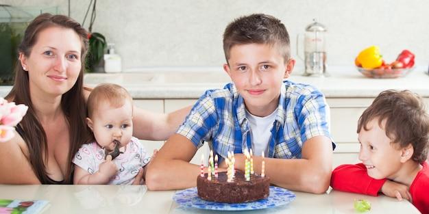 Festeggia il compleanno del figlio maggiore circondato dalla famiglia