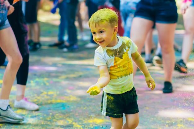 Festival dei colori holi. felici bambini gioiosi
