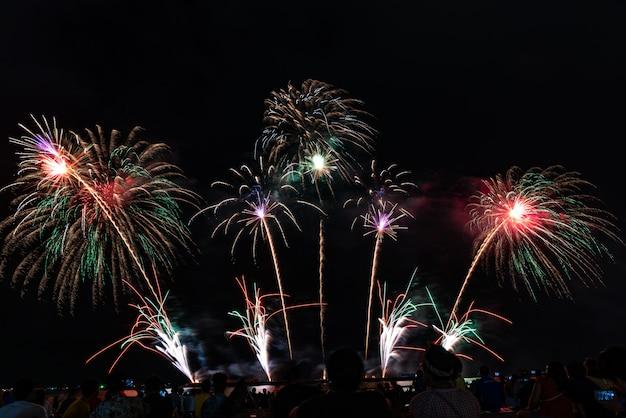 Festival dei fuochi d'artificio a pattaya, tailandia