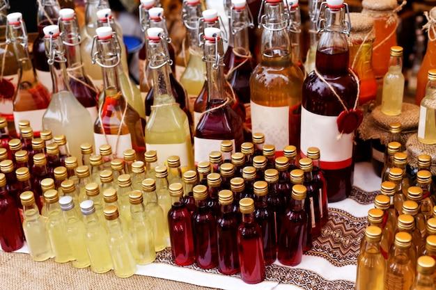 Festival del cibo locale. una varietà di cocktail alcolici e marmellate fatte in casa