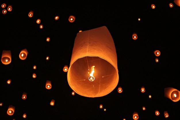 Festival del fuoco d'artificio di yee peng in chiangmai tailandia