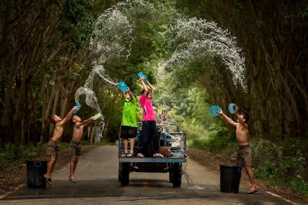 Festival di songkran in tailandia