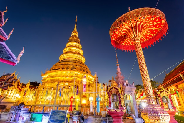 Festival e lanterna variopinti della lampada in loi krathong a wat phra that hariphunchai