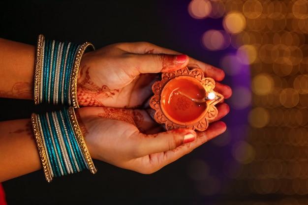 Festival indiano diwali, lampada a olio decorativa in mano