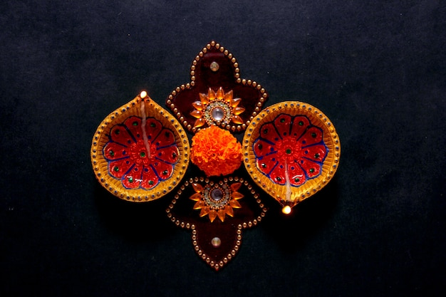 Festival indiano diwali, lampada diwali e fiore rangoli