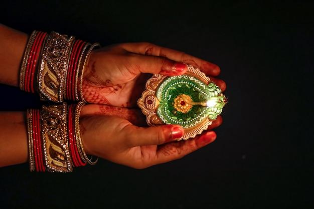 Festival indiano diwali, lampada in mano