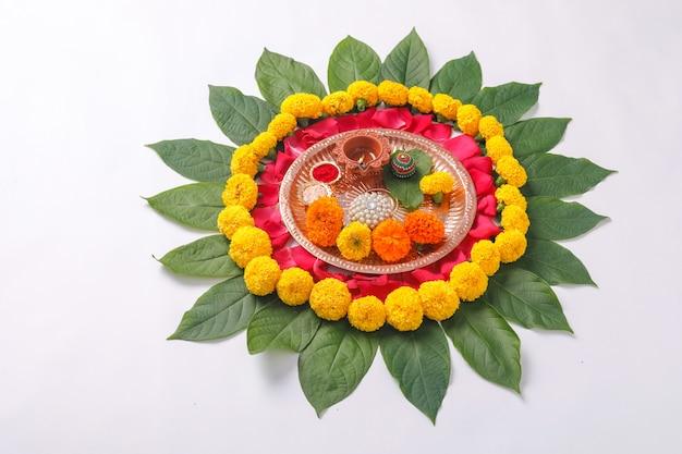 Festival indiano diwali, pooja thali e rangoli di fiori