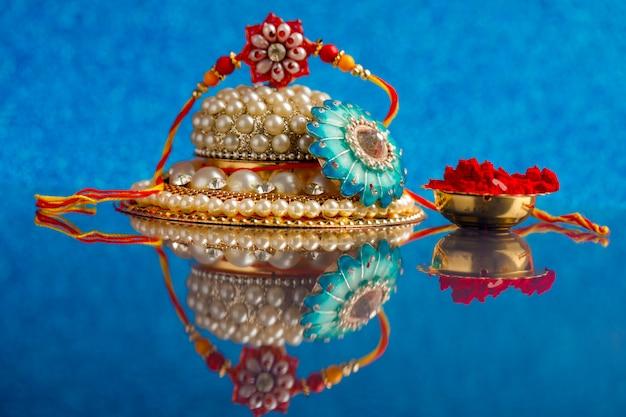 Festival indiano raksha bandhan, designer colorato rakhi o cinturino da polso