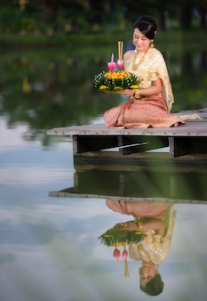 Festival tradizionale di loy krathong, kratong tailandese della tenuta della donna, tailandia