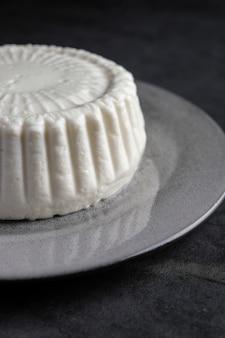 Feta del formaggio dell'azienda agricola di capra sul piatto rotondo bianco
