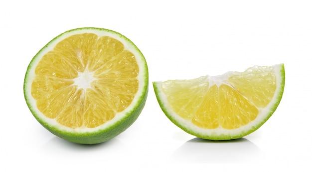 Fetta arancio isolata su fondo bianco