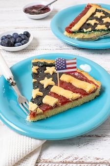 Fetta dell'angolo alto di torta della bandiera degli sua sul piatto
