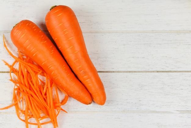 Fetta della carota / carote tagliuzzate fresche sulla tavola di legno