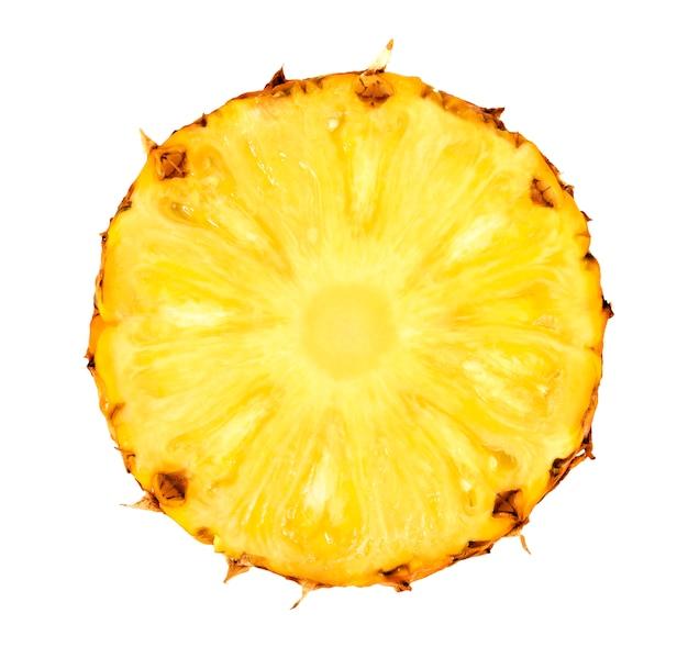 Fetta di ananas isolata su fondo bianco