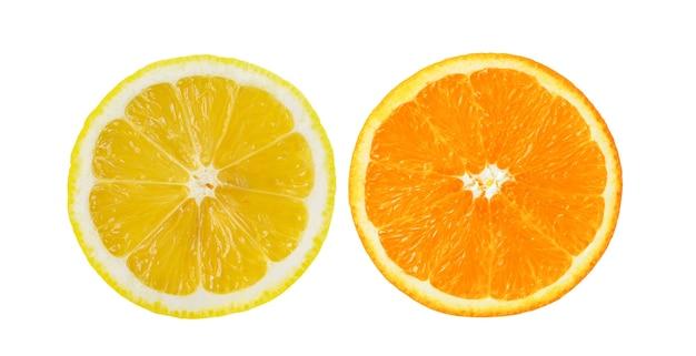 Fetta di arancia e limone sul muro bianco