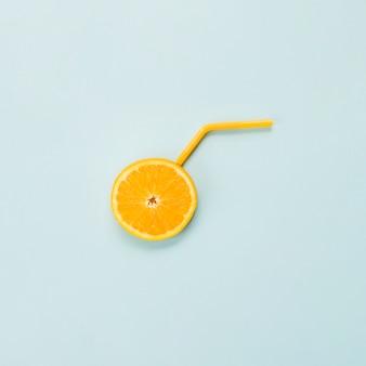 Fetta di arancia matura di agrumi e paglia