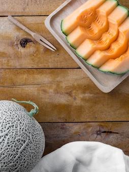 Fetta di cantalupo sul tavolo di legno