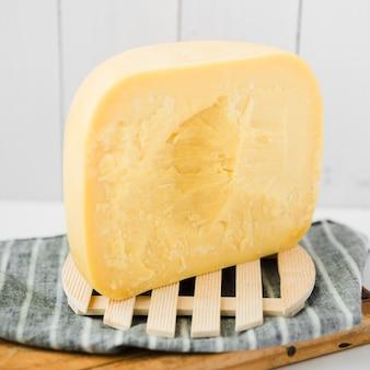 Fetta di formaggio gouda su montagne di legno nel vassoio