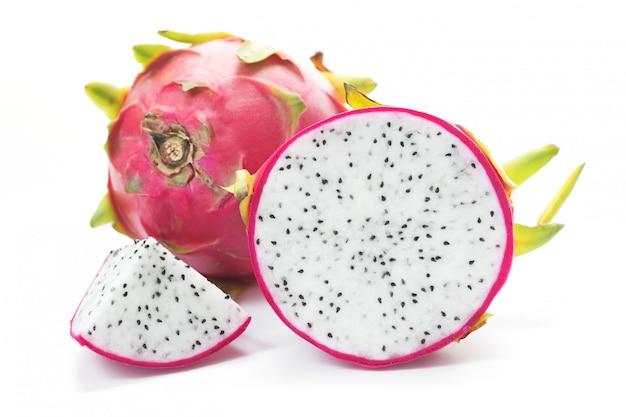 Fetta di frutta del drago su sfondo bianco.