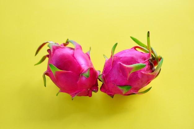 Fetta di frutta del drago su sfondo giallo frutta tropicale fresca di estate pitaya