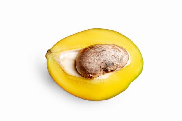 Fetta di frutta del mango isolata su bianco