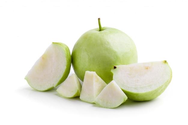 Fetta di frutta guava isolato su uno sfondo bianco
