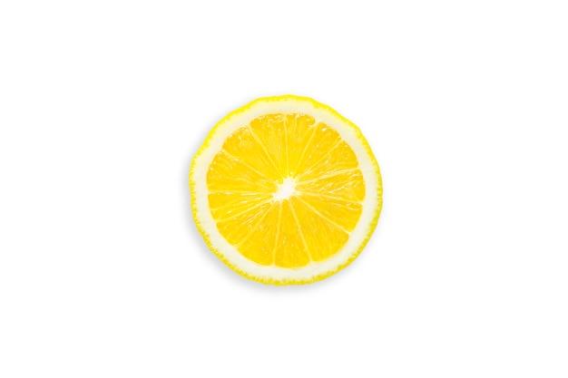 Fetta di limone organico su bianco isolata con il percorso di ritaglio.