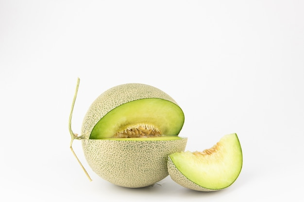 Fetta di melone verde su sfondo bianco isolato