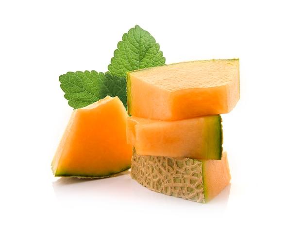 Fetta di meloni giapponesi, melone arancione o melone cantalupo con semi isolati su sfondo bianco