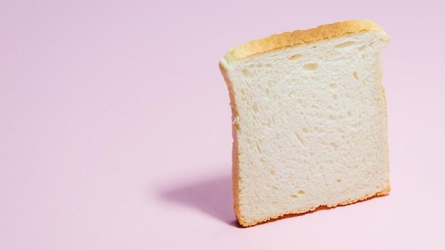 Fetta di pane con sfondo di colore