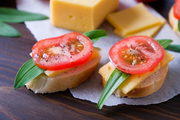 Fetta di pane, panini, pomodori, saliera, formaggio