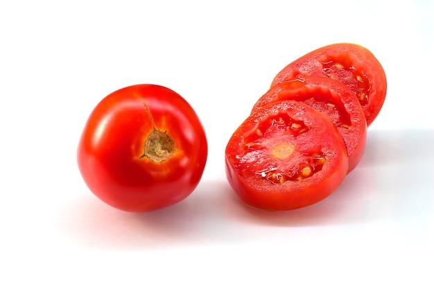 Fetta di pomodoro su uno sfondo bianco