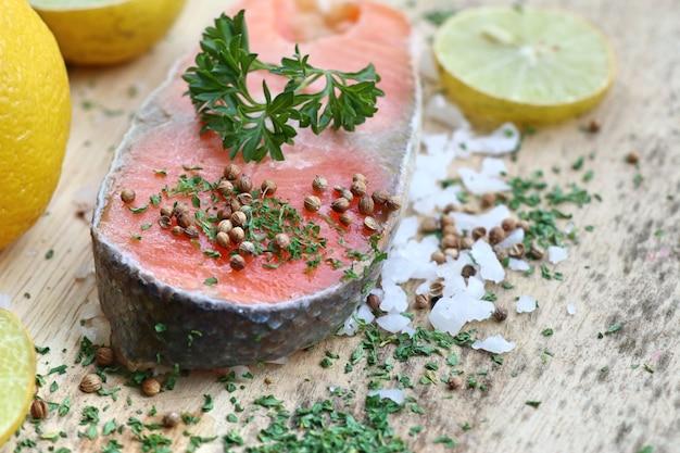 Fetta di salmone crudo