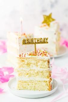 Fetta di torta di compleanno