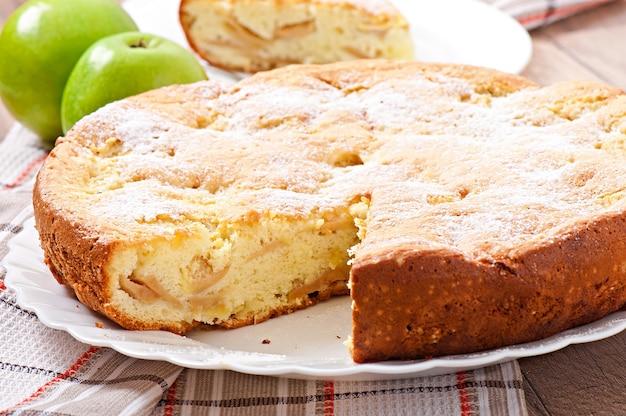 Fetta di torta di frutta mela su un piatto decorato con foglie di menta