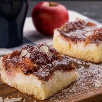 Fetta di torta di mele fatta in casa scaglie di mandorle e zucchero a velo