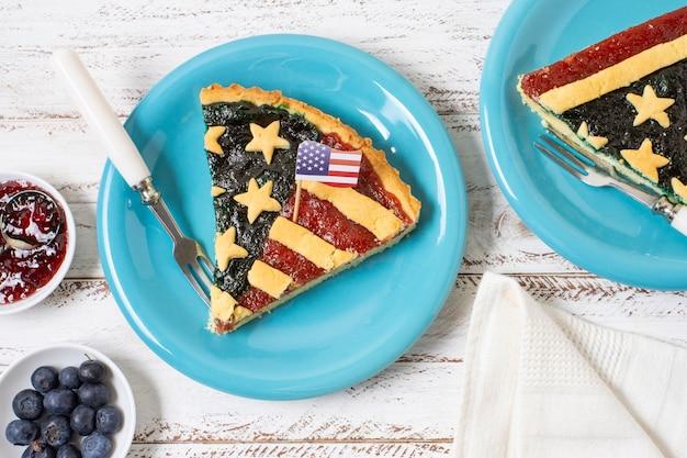 Fetta di vista superiore di torta della bandiera degli sua sul piatto