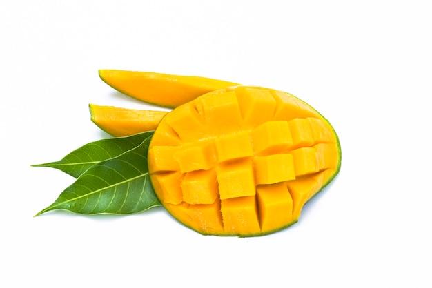 Fetta gialla del mango tagliata al cubo con la foglia isolata