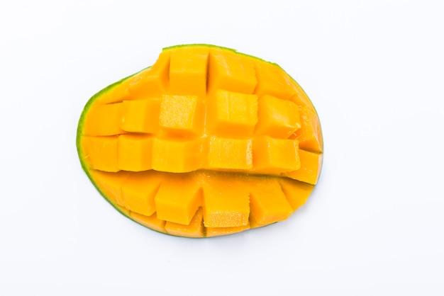 Fetta gialla del mango tagliata al cubo isolato