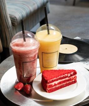 Fetta rossa gustosa torta con cocktail di succo