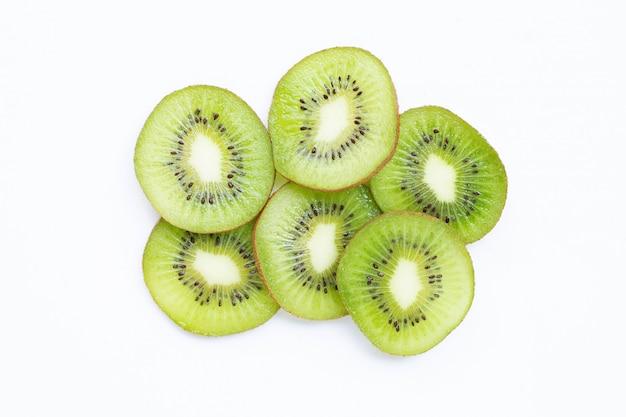 Fette del kiwi isolate su bianco.